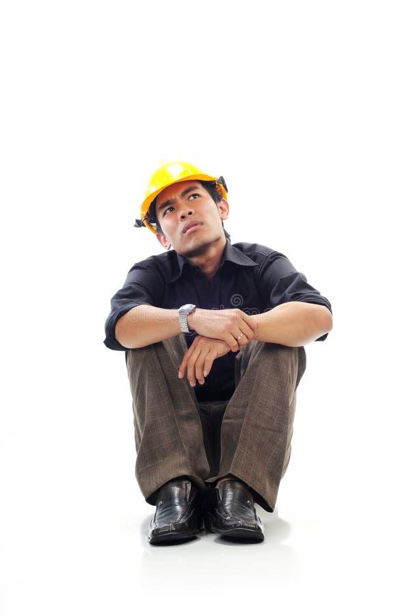Os trabalhadores deprimidos sentam-se silenciosamente e olhando acima fotos de stock