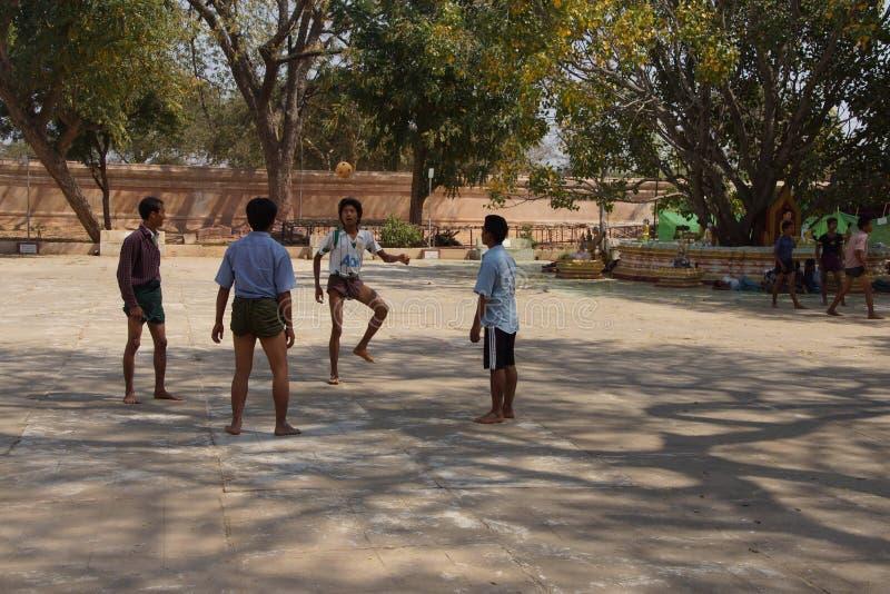 Os trabalhadores do templo jogam um jogo de bola imagem de stock