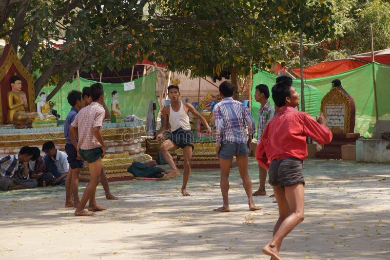Os trabalhadores do templo jogam um jogo de bola fotos de stock royalty free