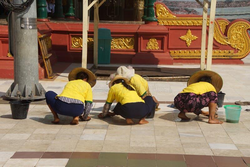 Os trabalhadores do templo limpam o assoalho de mármore foto de stock royalty free