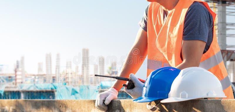 Os trabalhadores masculinos estão trabalhando no local da construção civil imagens de stock royalty free