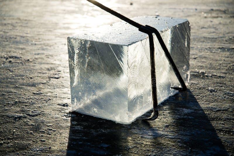 Os trabalhadores minam os grandes cubos do gelo natural do rio, colhendo o gelo do rio fotografia de stock