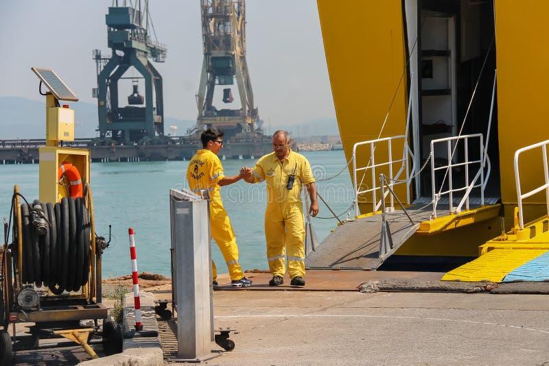Os trabalhadores preparam a saída dos passageiros no porto de Piombino, Itália imagem de stock royalty free