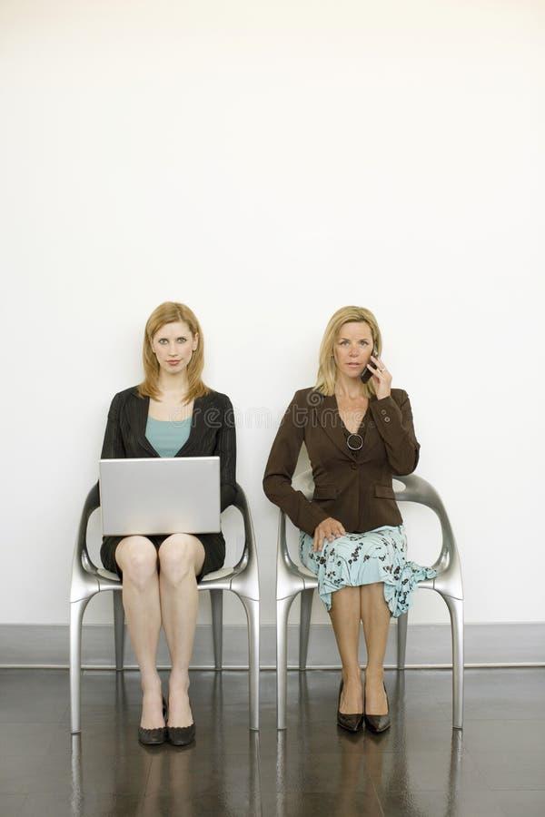 Os trabalhadores sentam-se nas cadeiras imagens de stock royalty free
