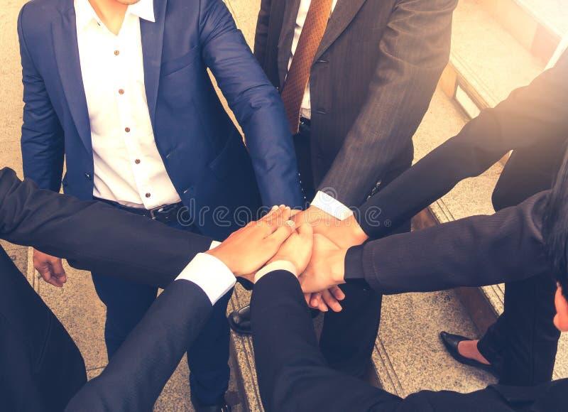 Os trabalhos de equipa do negócio juntam-se ao conceito do apoio das mãos junto fotos de stock royalty free