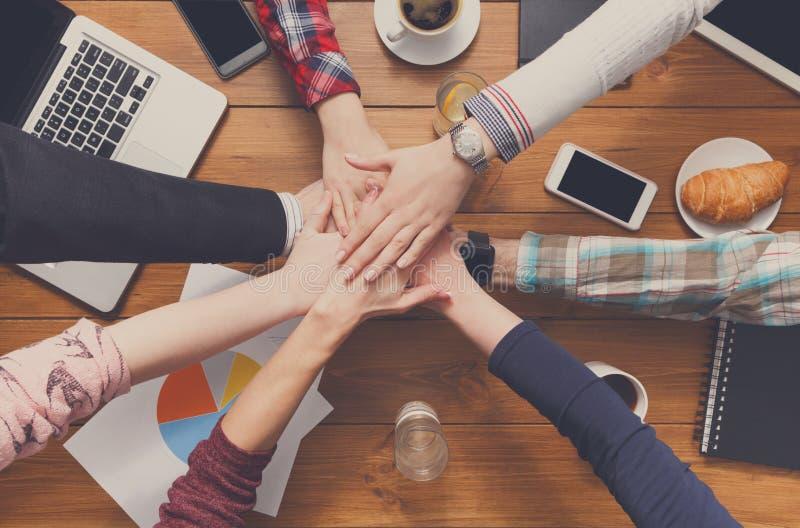 Os trabalhos de equipa e o conceito teambuilding no escritório, pessoa conectam as mãos fotografia de stock royalty free
