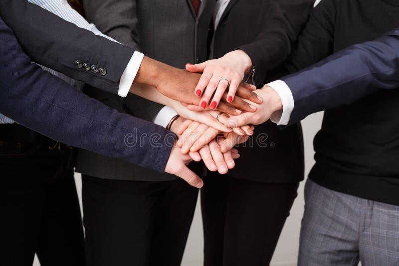Os trabalhos de equipa e teambuilding, povos conectam as mãos fotos de stock