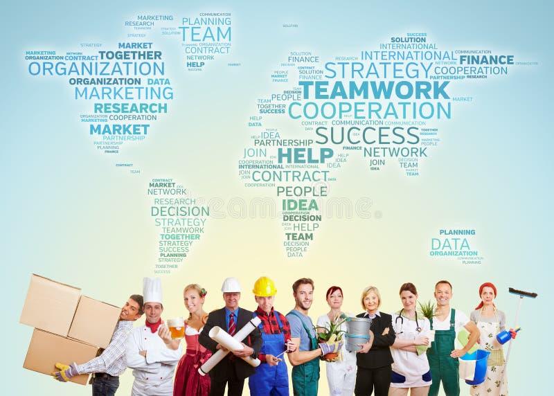 Os trabalhos de equipa internacionais com muitos trocam foto de stock royalty free