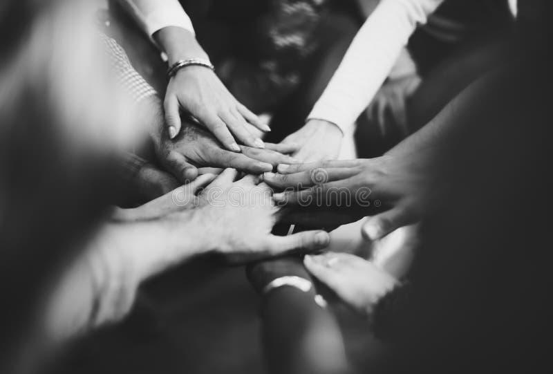 Os trabalhos de equipa juntam-se ao conceito do apoio das mãos junto fotos de stock royalty free