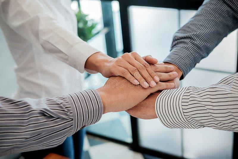 Os trabalhos de equipa juntam-se ao conceito do apoio das mãos junto Negócio Team Cowo fotos de stock royalty free