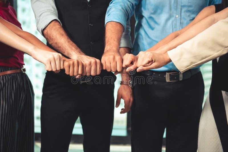 Os trabalhos de equipe e os sócios do negócio que dão a colisão após o negócio do acordo completo, empresários do punho estão jun imagens de stock royalty free