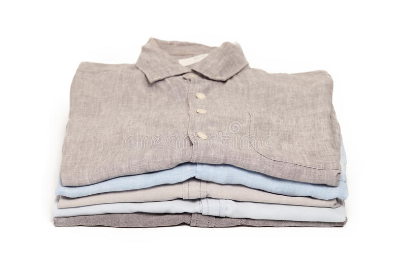 Os trabalhos domésticos passando passados dobraram o fundo limpo do branco do conceito das camisas fotografia de stock royalty free
