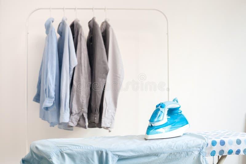 Os trabalhos domésticos passando passados dobraram a vida limpa do conceito das camisas ainda imagem de stock royalty free