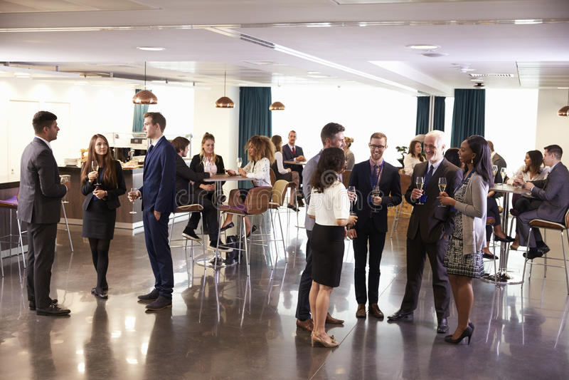 Os trabalhos em rede dos delegados na conferência bebem a recepção fotografia de stock