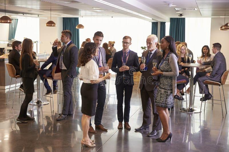 Os trabalhos em rede dos delegados na conferência bebem a recepção imagens de stock