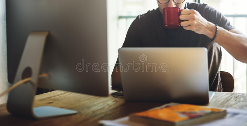 Os trabalhos em rede eletrônicos da conexão do portátil relaxam o conceito imagens de stock royalty free