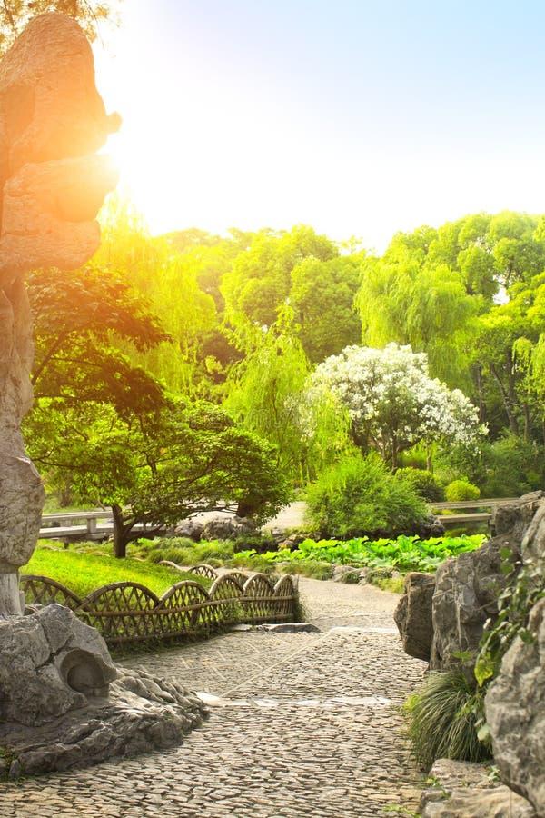 Os trajetos de passeio do cascalho no ` humilde s do administrador jardinam em Suzhou, foto de stock