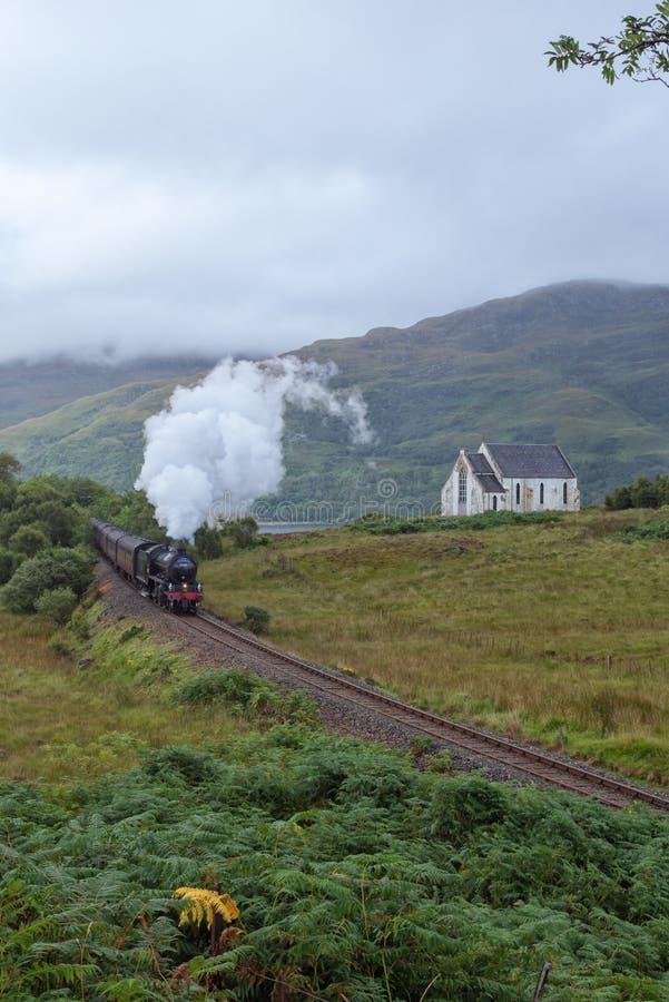 Os travells do vapor de Jacobite através das montanhas escocesas foto de stock royalty free