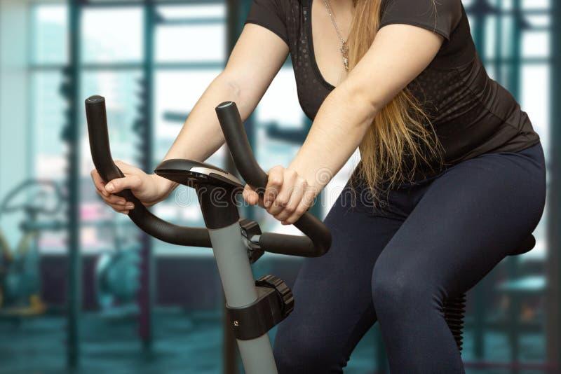 Os trens da menina na bicicleta de exercício fotos de stock