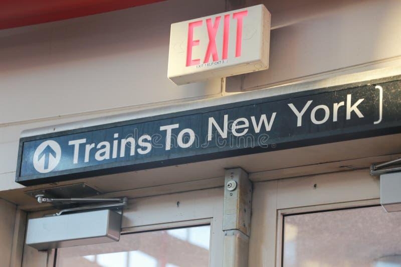 Os trens a New York assinam dentro o estação de caminhos de ferro imagens de stock royalty free