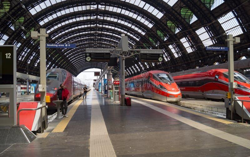 Os trens param a estação de trem, Milão fotos de stock