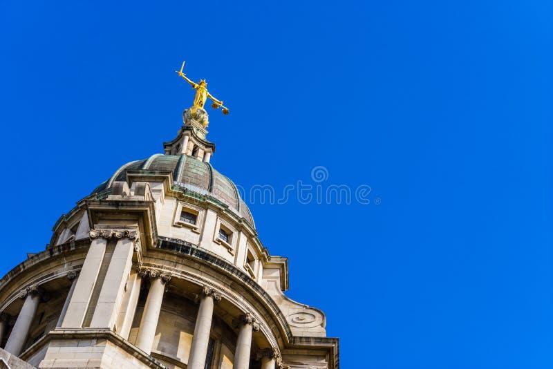 Os Tribunais Penais, escalas de justiça, Londres, Reino Unido imagens de stock royalty free