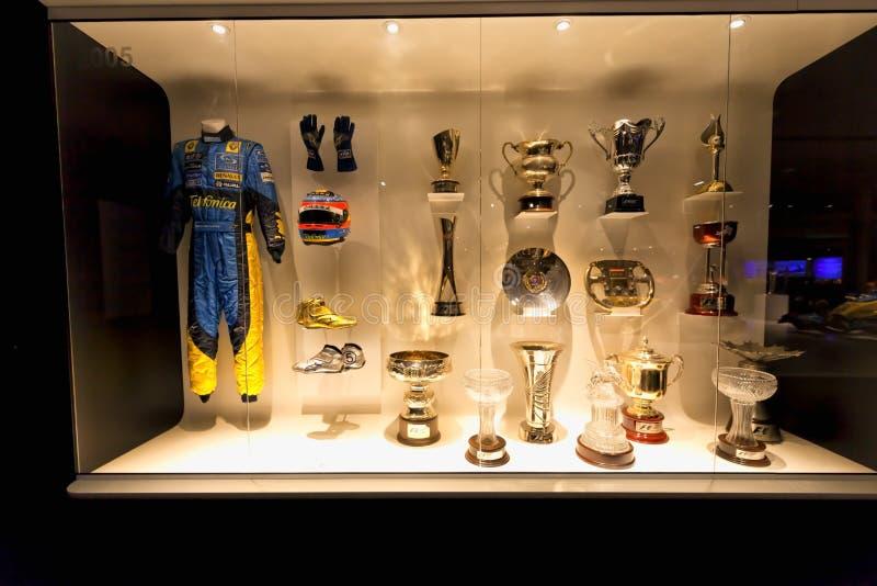 Os troféus ganharam por Fernando Alonso em 2005, junto com os equipmen imagem de stock royalty free