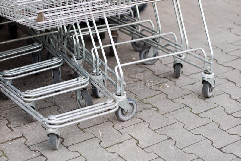 Os troles do carrinho de compras são colocados sob o mercado Compras fotografia de stock