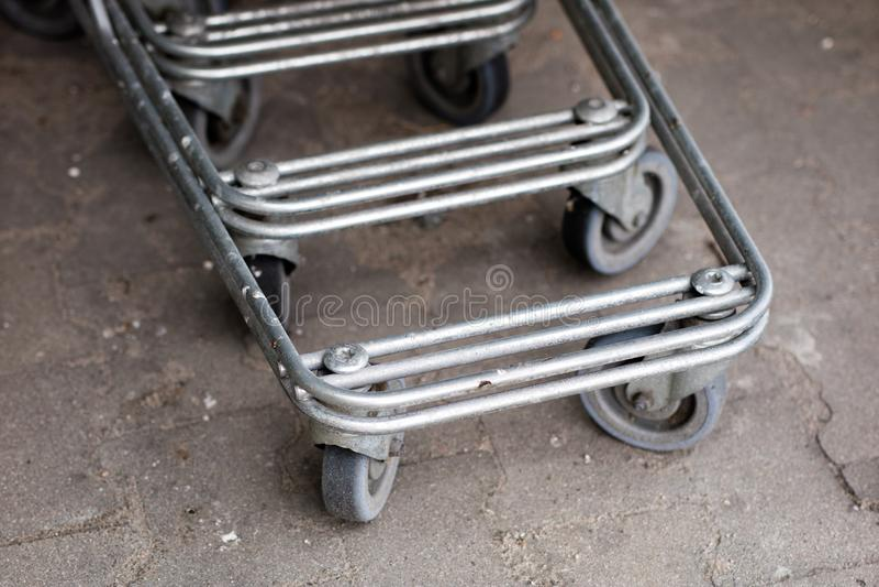 Os troles do carrinho de compras são colocados sob o mercado Compras foto de stock