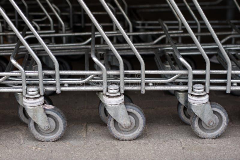 Os troles do carrinho de compras são colocados sob o mercado Compras imagens de stock royalty free