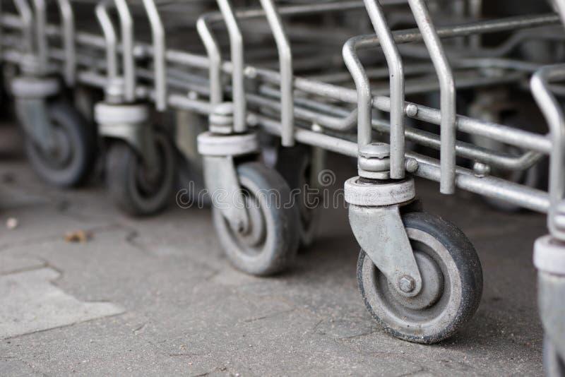 Os troles do carrinho de compras são colocados sob o mercado Compras imagens de stock