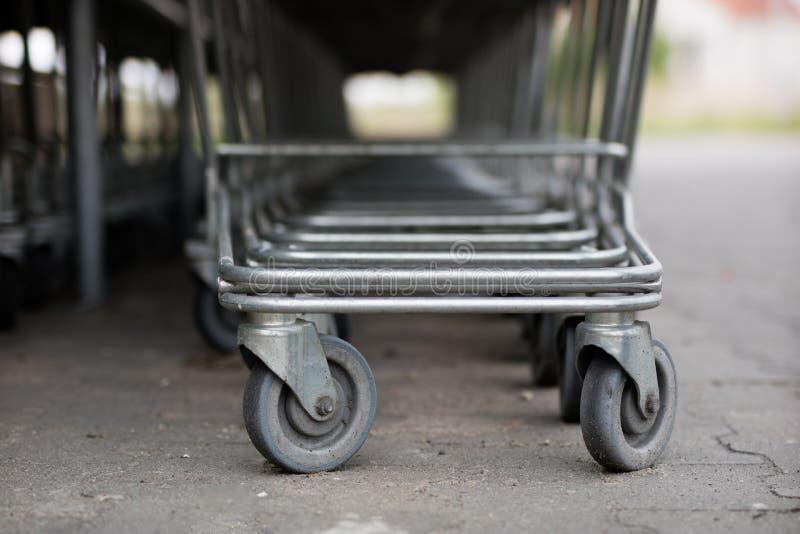 Os troles do carrinho de compras são colocados sob o mercado Compras fotos de stock