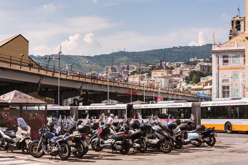 Os 'trotinette's e os velomotor que estacionam em Genoa, Itália fotografia de stock royalty free
