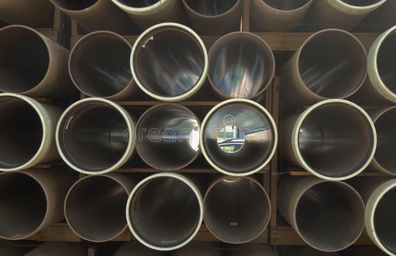 Os tubos plásticos empilham a pilha imagens de stock