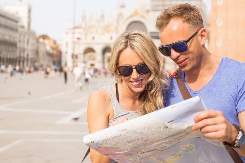 Os turistas acoplam a vista do mapa da cidade fotografia de stock