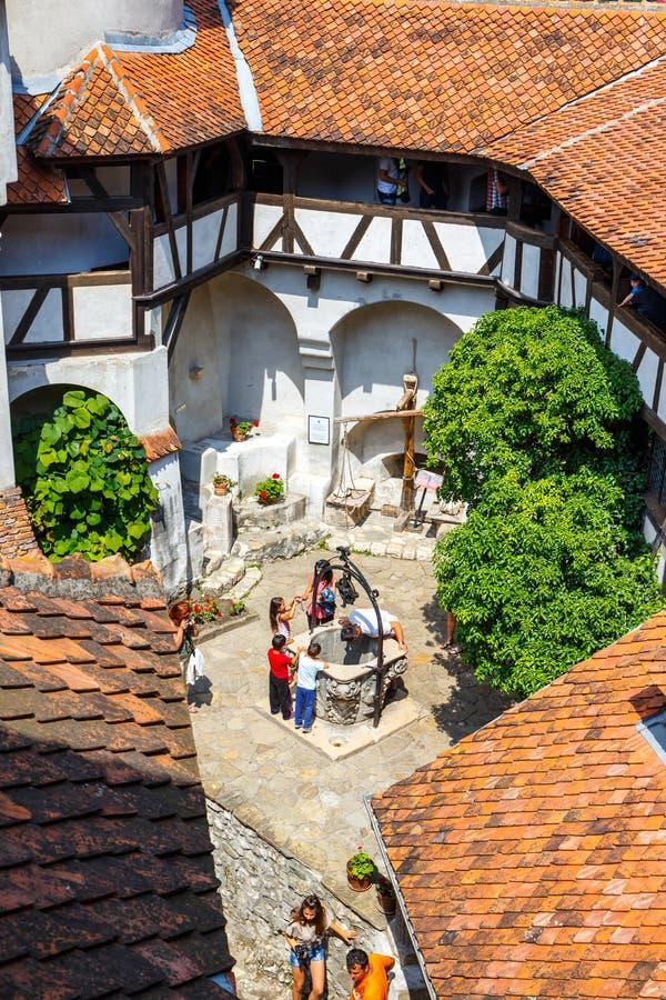 Os turistas admiram o castelo do farelo igualmente sabem como o castelo de Dracula perto de Brasov, Romênia fotografia de stock