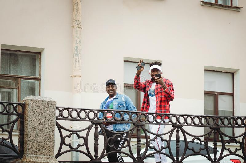 Os turistas afro-americanos andam em St Petersburg fotografia de stock