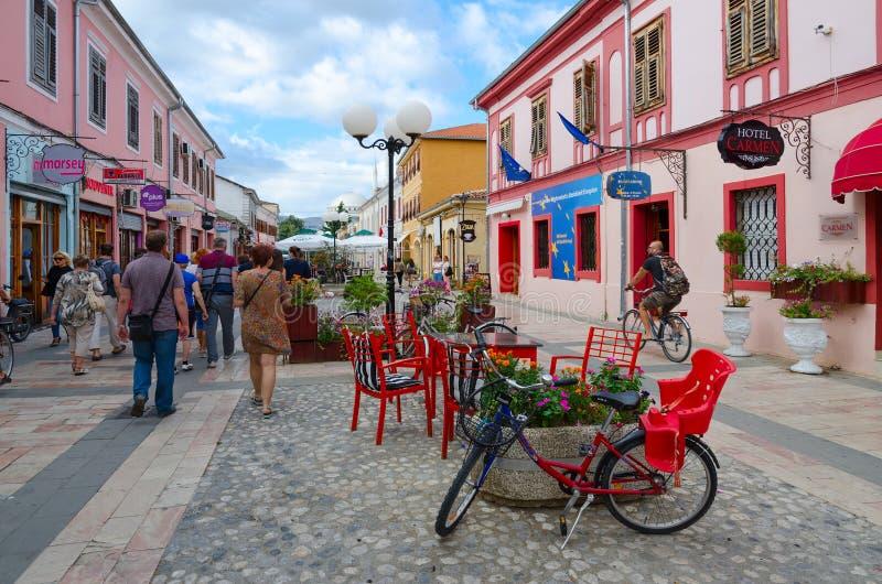 Os turistas andam ao longo da rua pedestre Rruga Kole Idromeno, Shkoder, Albânia imagem de stock royalty free
