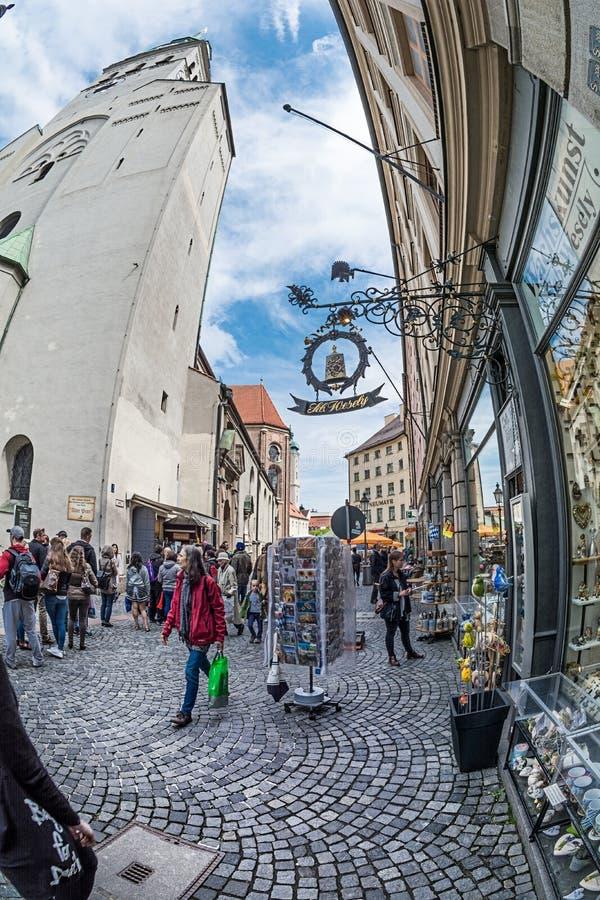 Os turistas andam em Petersplatz perto da igreja Peterski do ` s de St Peter imagem de stock royalty free