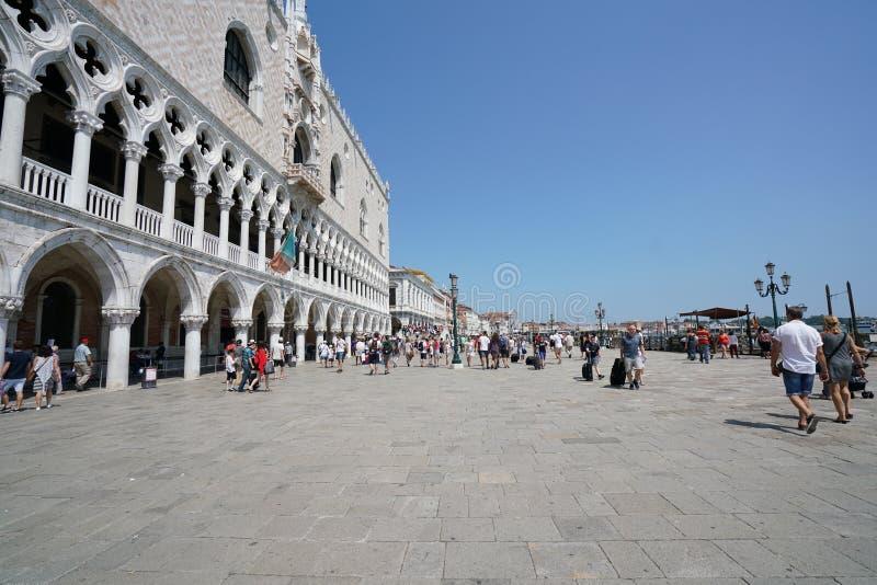 Os turistas andam no degli Schiavoni de Riva, Veneza foto de stock royalty free