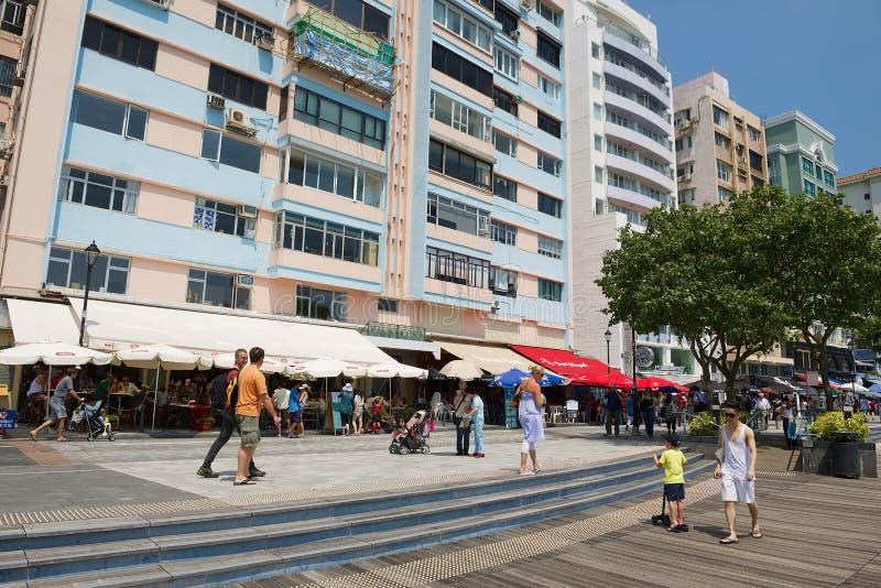 Os turistas andam pela rua secundária do mar na cidade de Stanley em Hong Kong, China imagens de stock
