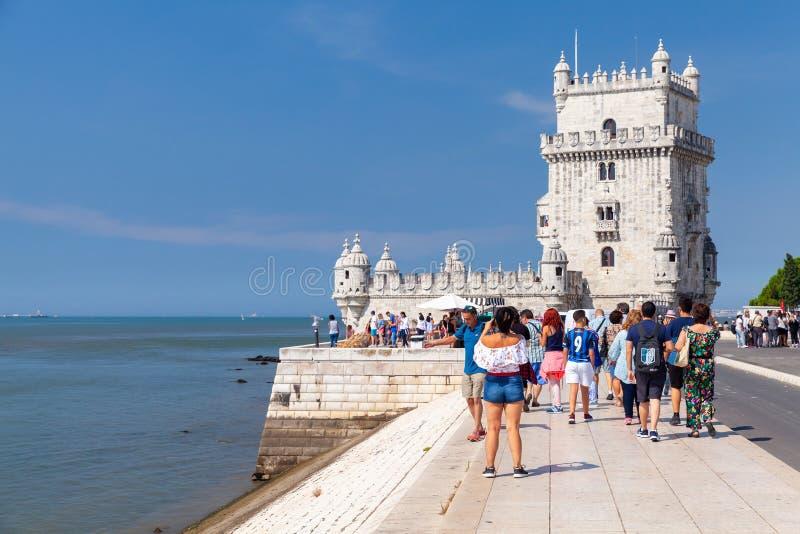 Os turistas andam perto da torre de Belém, Lisboa fotos de stock