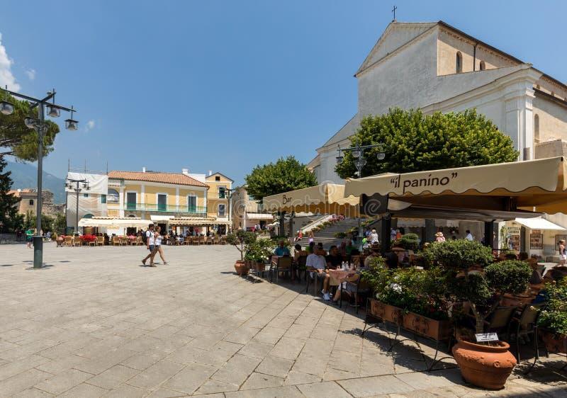 Os turistas apreciam a atmosfera de Piazza Duomo de Ravello Costa de Amalfi - Italy imagem de stock