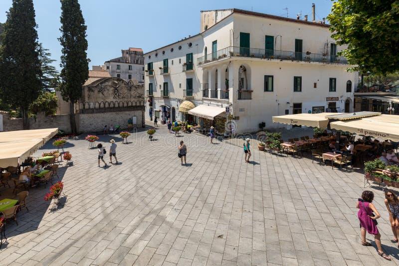 Os turistas apreciam a atmosfera de Piazza Duomo de Ravello Costa de Amalfi - Italy foto de stock royalty free