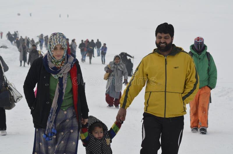 Os turistas apreciam no país india de Gulmarg Kashmir Baramulla fotografia de stock