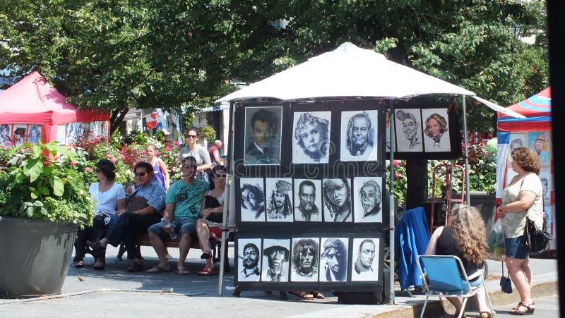 Os turistas apreciam o distrito dos artists do DES da rua em Montreal fotografia de stock royalty free