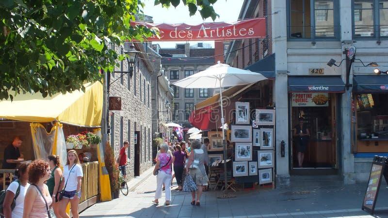 Os turistas apreciam o distrito dos artists do DES da rua em Montreal foto de stock royalty free