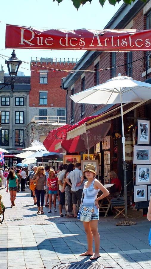Os turistas apreciam o distrito dos artists do DES da rua em Montreal imagens de stock