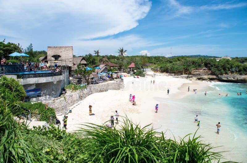 Os turistas apreciam um dia bonito da praia na praia ideal em Nusa Lembongan, Indonésia, em fevereiro de 2017 fotografia de stock