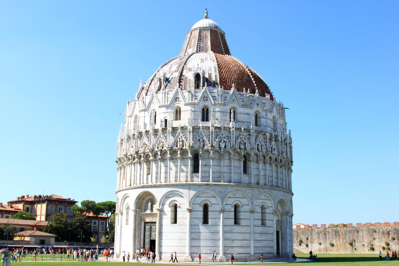 Os turistas aproximam o Baptistry de St. John em Pisa, Italy imagens de stock royalty free